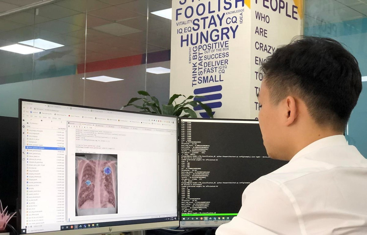 Chuyên gia AI của VinBrain đang sử dụng NVIDIA DGX A100 để đào tạo mô hình AI chẩn đoán bệnh lao. (Nguồn: Vingroup)