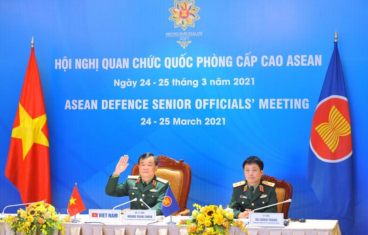Thượng tướng Hoàng Xuân Chiến, Thứ trưởng Bộ Quốc phòng, Trưởng đoàn Việt Nam (trái) tham dự Hội nghị tại Hà Nội theo hình thức trực tuyến. (Ảnh: Minh Đức/TTXVN)