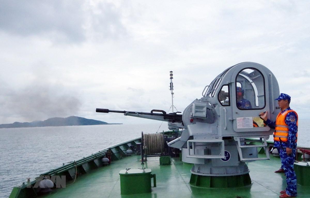 Bộ Tư lệnh Vùng Cảnh sát biển 1 thực hành bắn pháo trên biển. (Ảnh: TTXVN)