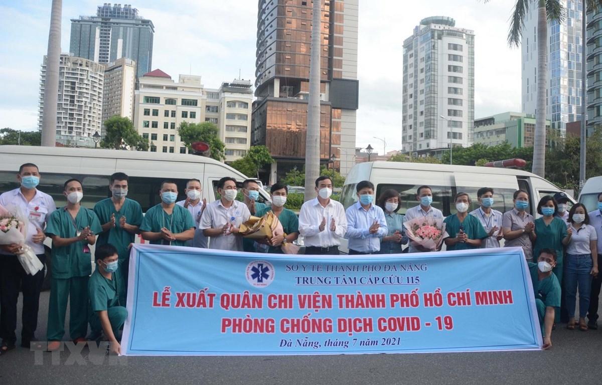 Đoàn y, bác sỹ, lái xe Trung tâm cấp cứu 115 thành phố Đà Nẵng lên đường chi viện Thành phố Hồ Chí Minh phòng, chống dịch COVID-19. (Ảnh: Văn Dũng/TTXVN)