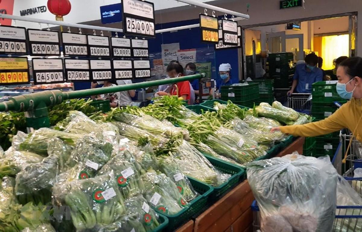 Siêu thị Co.opmart Cao Lãnh, tỉnh Đồng Tháp đảm bảo rau, củ quả tươi xanh phục vụ khách hàng. (Ảnh: Nguyễn Văn Trí/TTXVN)