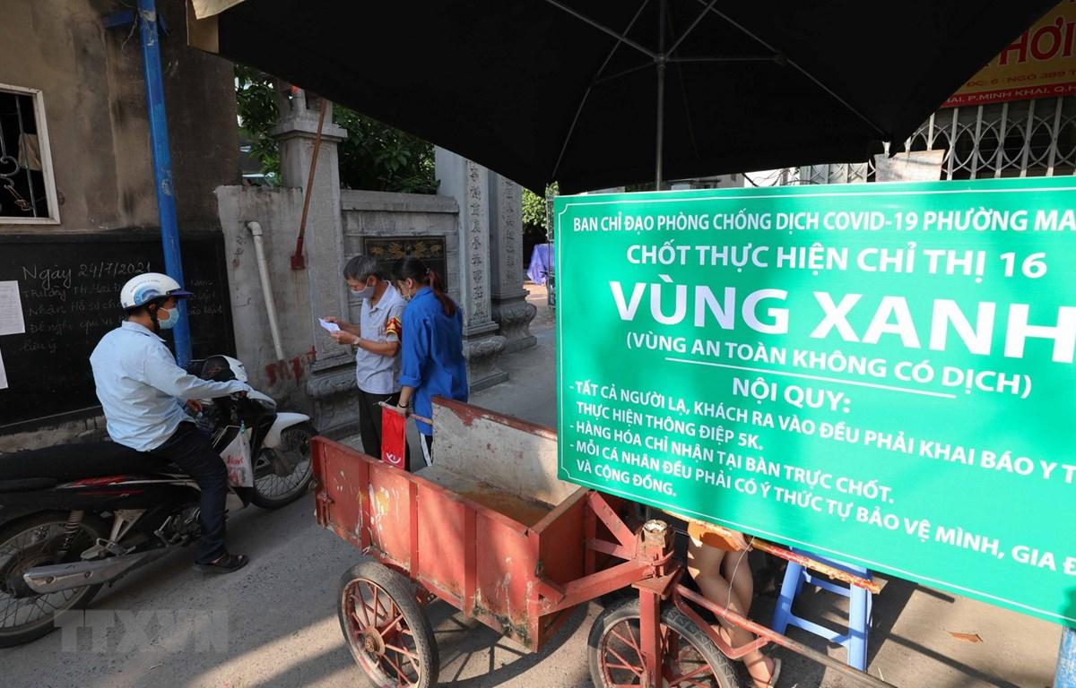 Kiểm soát chặt người ra, vào tại khu dân cư số 9-10, tổ 13, phường Mai Động, quận Hoàng Mai. (Ảnh: Thanh Tùng/TTXVN)