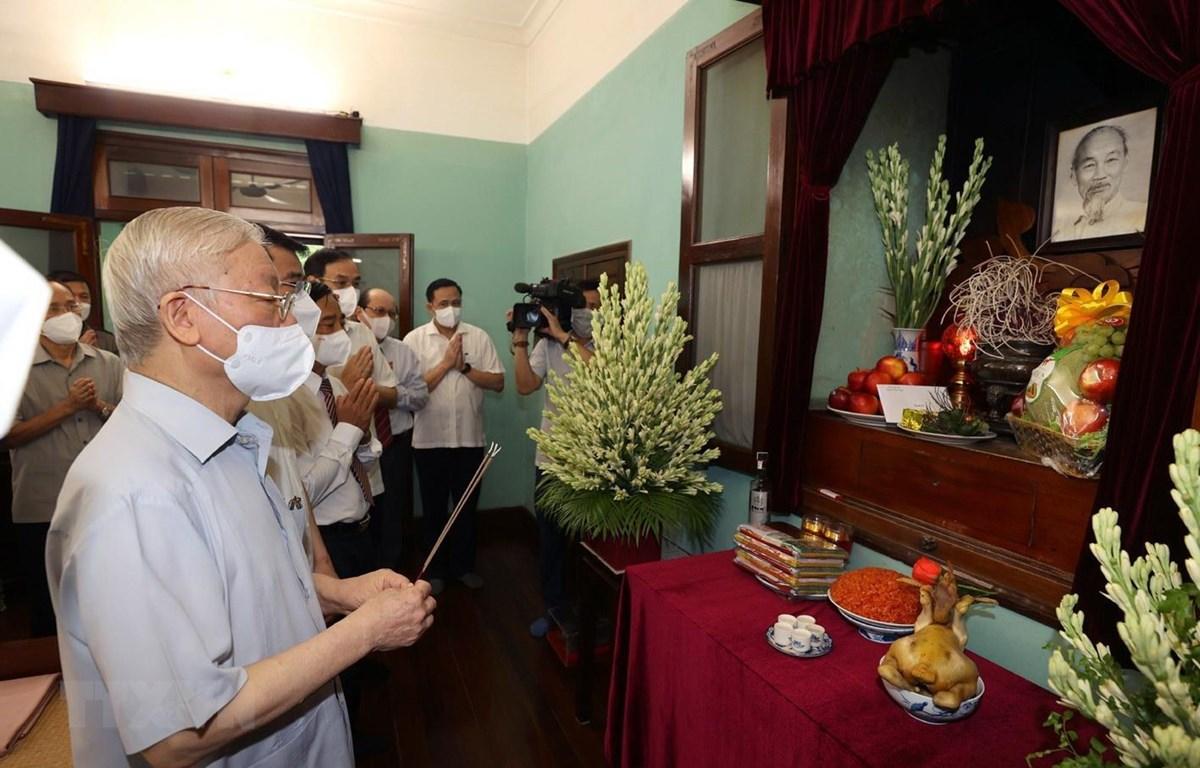 Tổng Bí thư Nguyễn Phú Trọng dâng hương tưởng niệm Chủ tịch Hồ Chí Minh. (Ảnh: Trí Dũng/TTXVN)