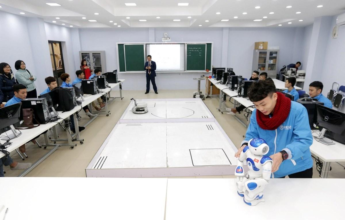 Sinh viên thực hành nghề robot tại Trường Cao đẳng cơ điện Hà Nội. (Ảnh: Anh Tuấn/TTXVN)
