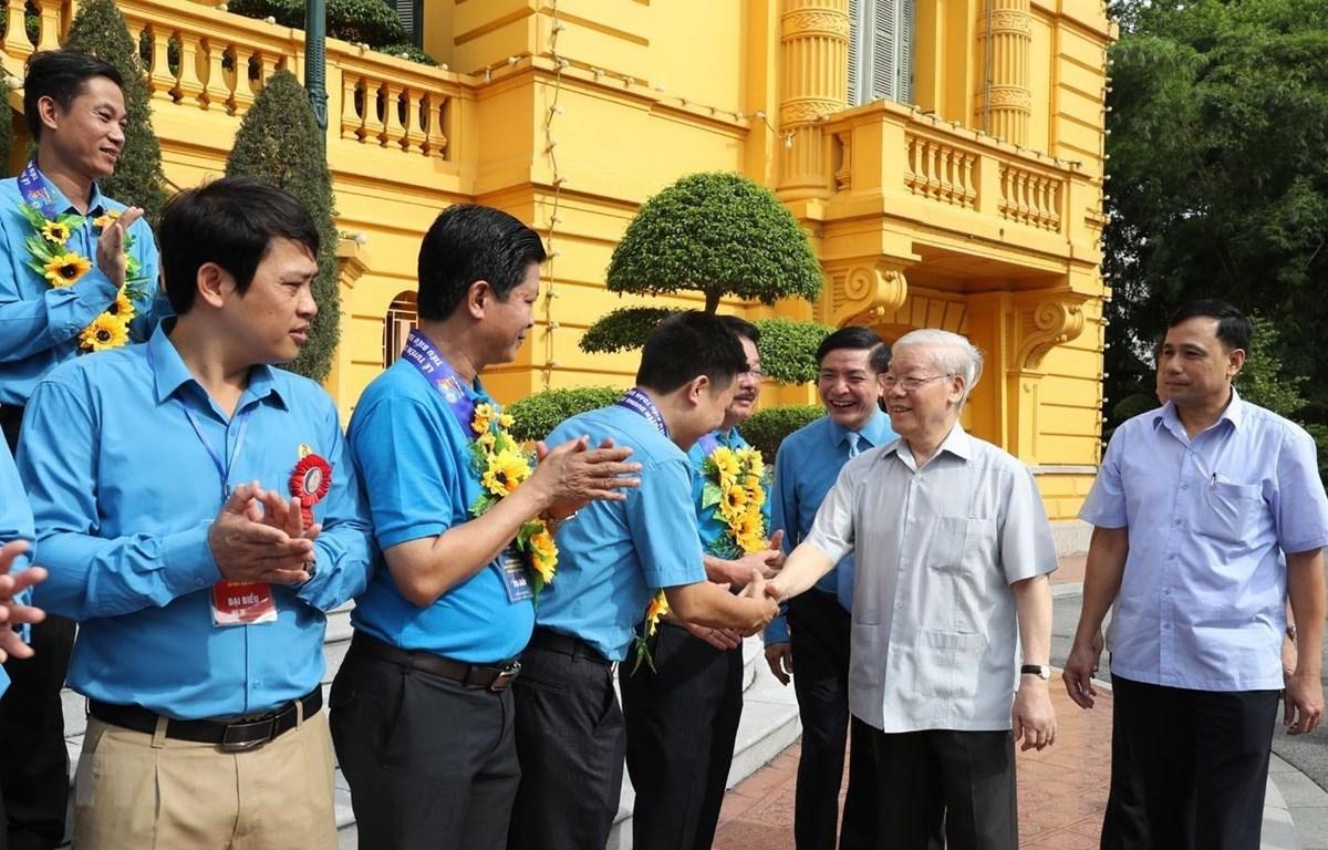 Tổng Bí thư, Chủ tịch nước Nguyễn Phú Trọng với các Chủ tịch công đoàn cơ sở tiêu biểu và cán bộ công đoàn. (Ảnh: Trí Dũng/TTXVN)