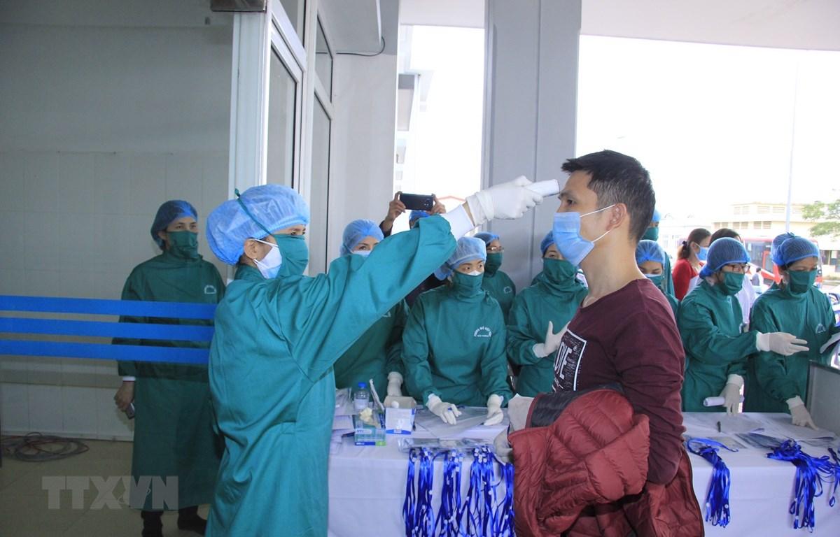 Kiểm tra, cách ly lao động người Trung Quốc để phòng chống bệnh do virus nCoV gây ra. (Ảnh: TTXVN)