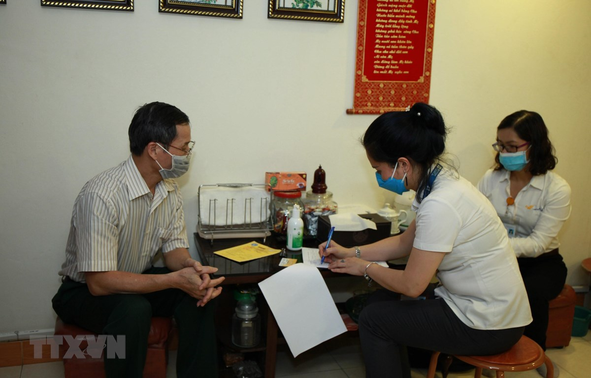Bưu điện kết hợp với Bảo hiểm xã hội thành phố Hà Nội tổ chức chi trả lương hưu tại nhà. (Ảnh: TTXVN)