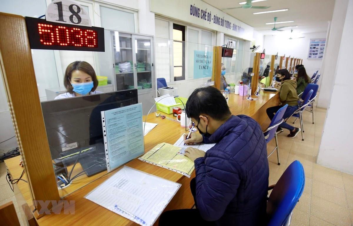 Người lao động đến làm thủ tục bảo hiểm thất nghiệp. (Ảnh: Anh Tuấn/TTXVN)