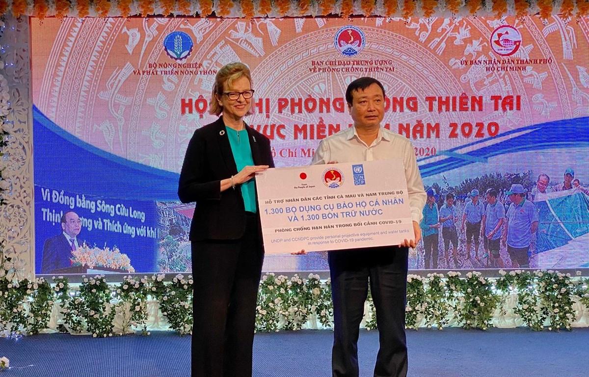 Trao tặng những hỗ trợ cơ bản cho đại diện 3 tỉnh Ninh Thuận, Bình Thuận, Cà Mau. (Ảnh: Vietnam+)