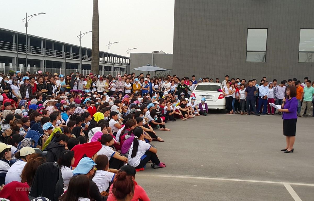 Đại diện tổ chức công đoàn nói chuyện, đối thoại với người lao động. (Ảnh minh họa: Minh Thu/TTXVN)