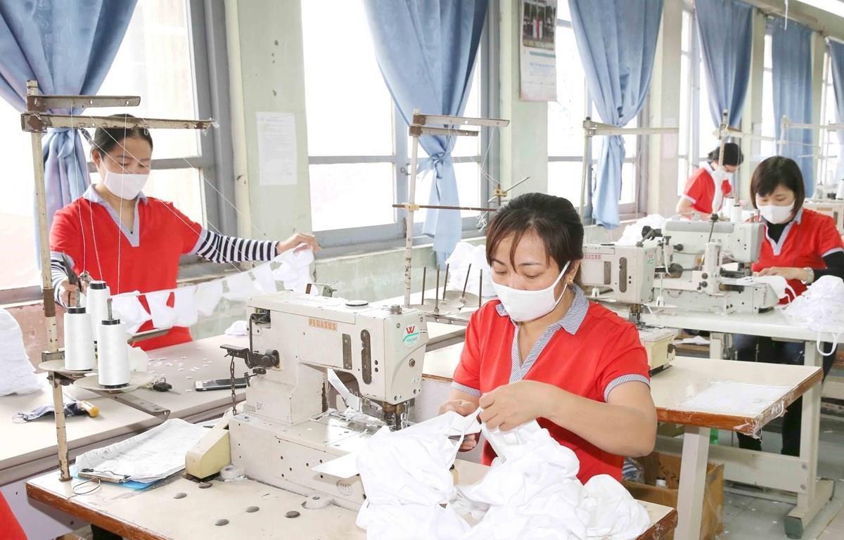 Nhiều doanh nghiệp đã phải nghỉ luân phiên, giảm giờ làm do gặp khó khăn cua COVID-19. (Ảnh: PV/Vietnam+)
