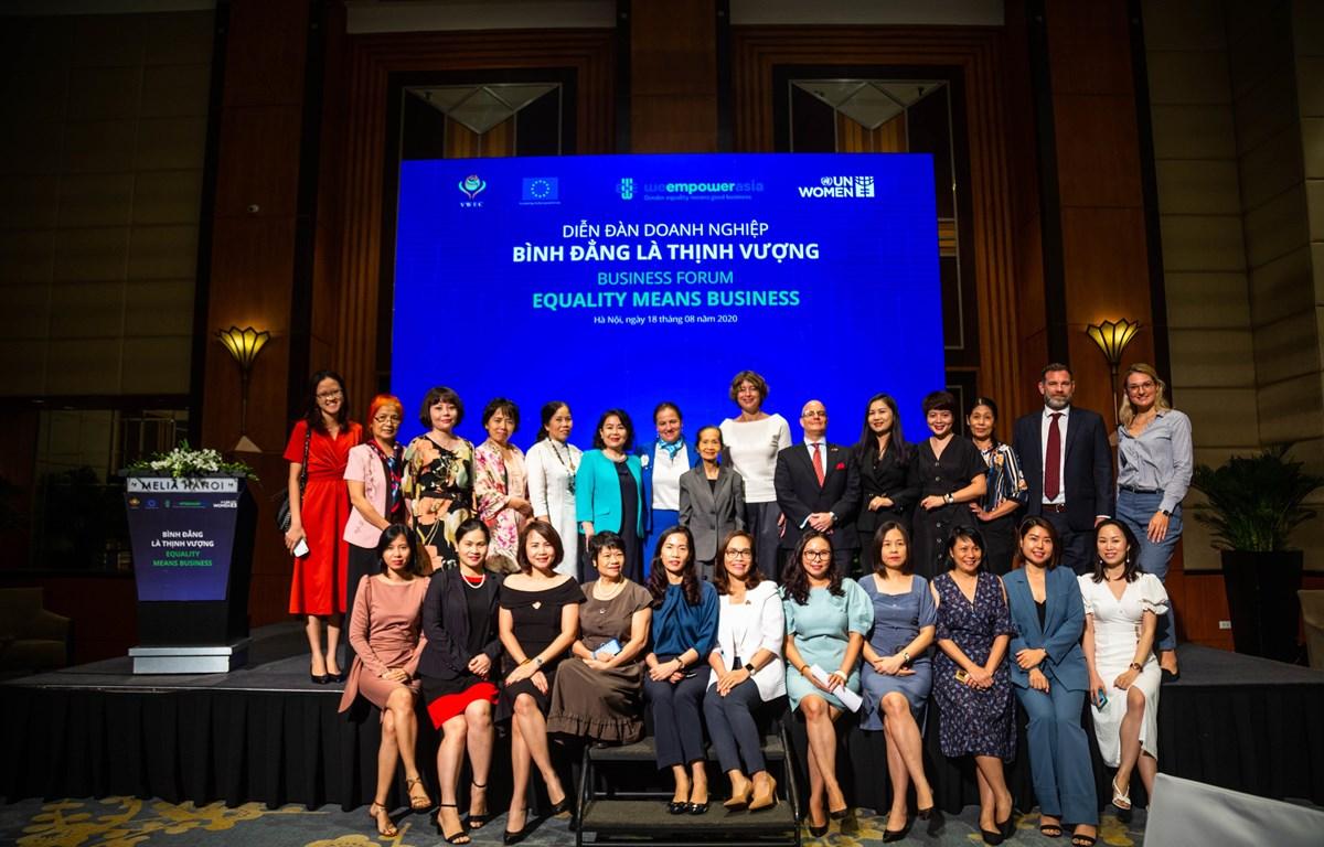 Đại diện các doanh nghiệp cam kết ủng hộ các nguyên tắc trao quyền cho phụ nữ. (Ảnh: PV/Vietnam+)