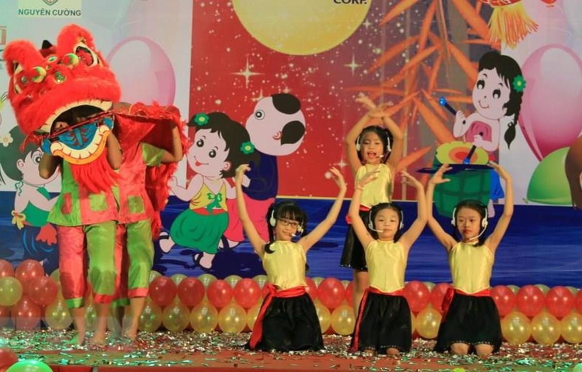 Trẻ khuyết tật, trẻ mồ côi ở Đồng Nai đón Tết Trung Thu. (Ảnh minh họa: TTXVN)
