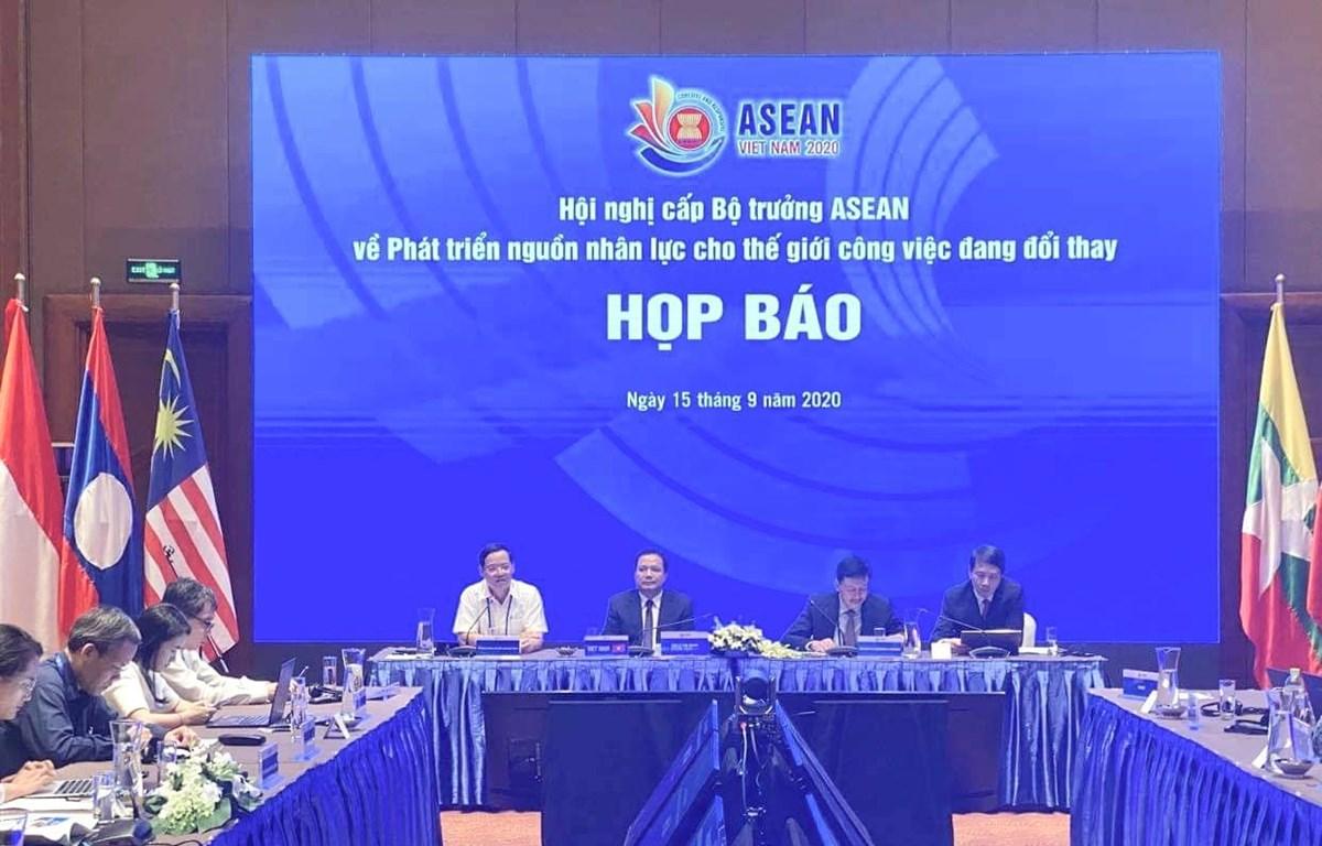 """Họp báo về """"Hội nghị cấp Bộ trưởng ASEAN về Phát triển Nguồn nhân lực cho thế giới công việc đang đổi thay"""". (Anhr: PV/Vietnam+)"""