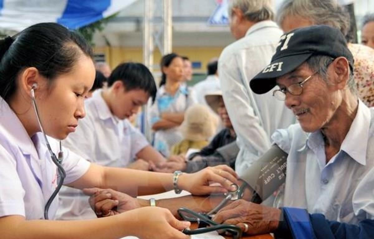 Chăm sóc sức khoẻ cho người cao tuổi. (Ảnh: TTXVN)