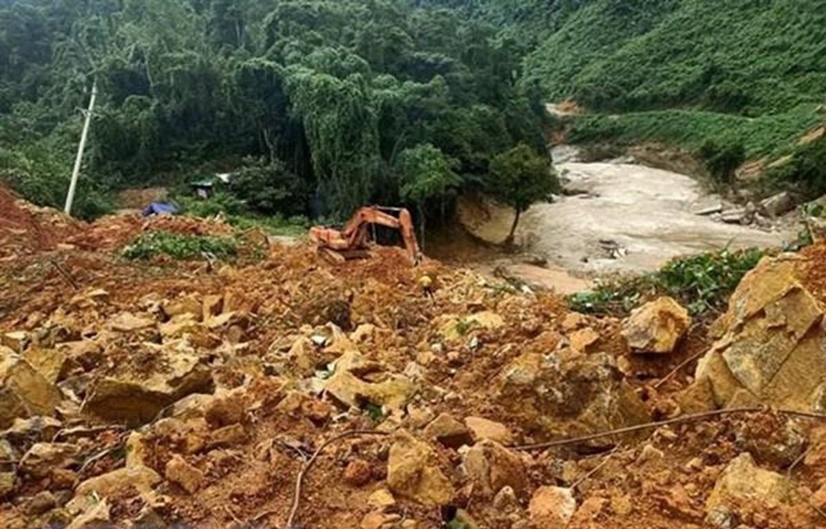 Đất đá vùi lấp tại khu vực Thủy điện Rào Trăng 3. (Ảnh minh hoạ: TTXVN phát)