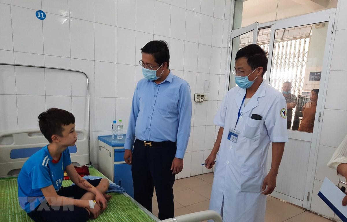 Lãnh đạo Sở Lao động-Thương binh và Xã hội tỉnh Bắc Ninh thăm hỏi, động viên cháu Trương Quang Duy tại Trung tâm Y tế huyện Yên Phong, tỉnh Bắc Ninh. (Ảnh: Thanh Thương/TTXVN)