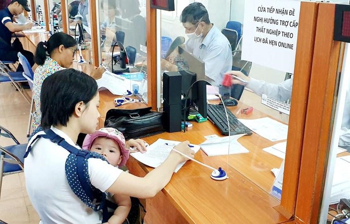 Lao động làm thủ tục hưởng bảo hiểm thất nghiệp. (Ảnh: PV/Vietnam+)