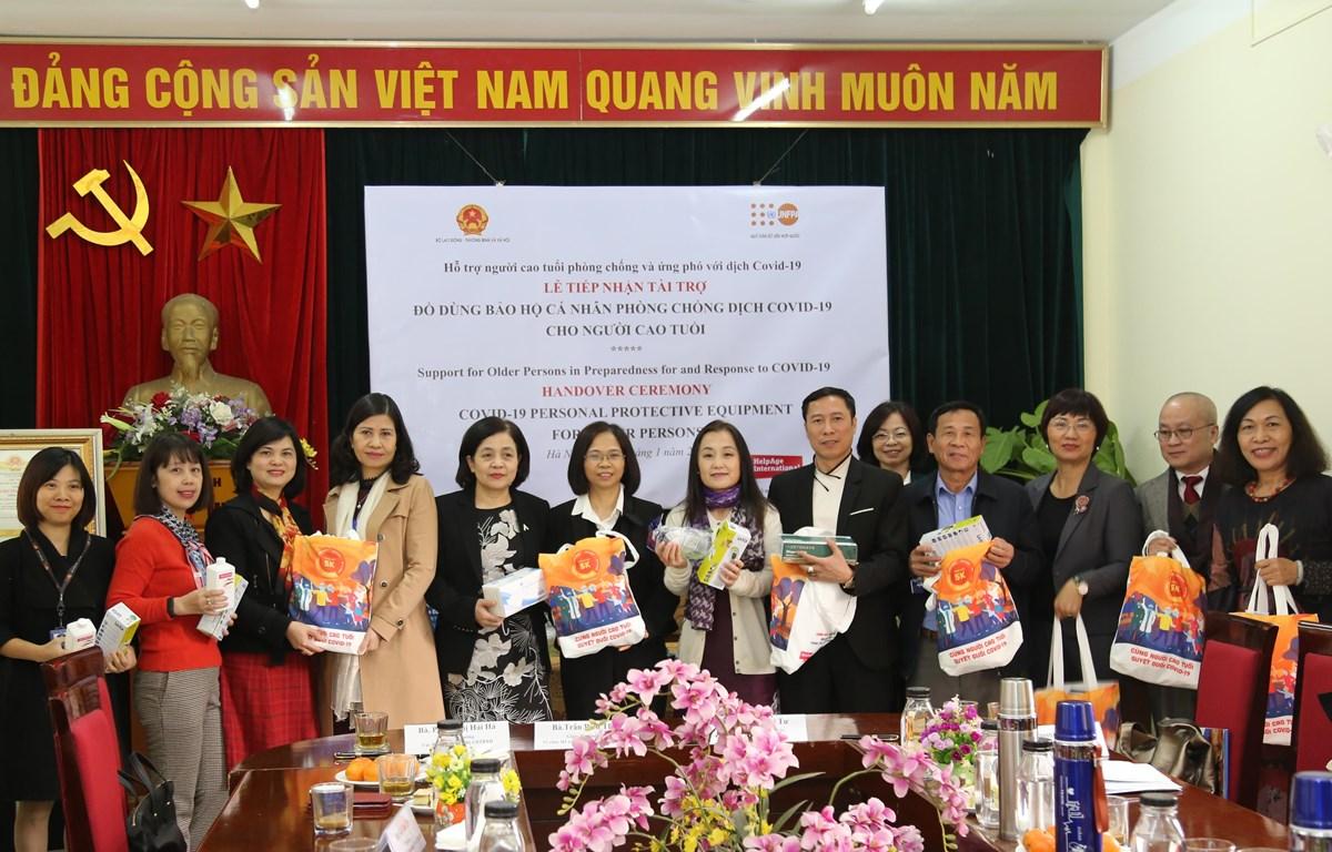 Lễ bàn giao các thiết bị bảo hộ cá nhân và đồ dùng vệ sinh cá nhân hỗ trợ người cao tuổi trong bối cảnh COVID-19. (Ảnh: PV/Vietnam+)