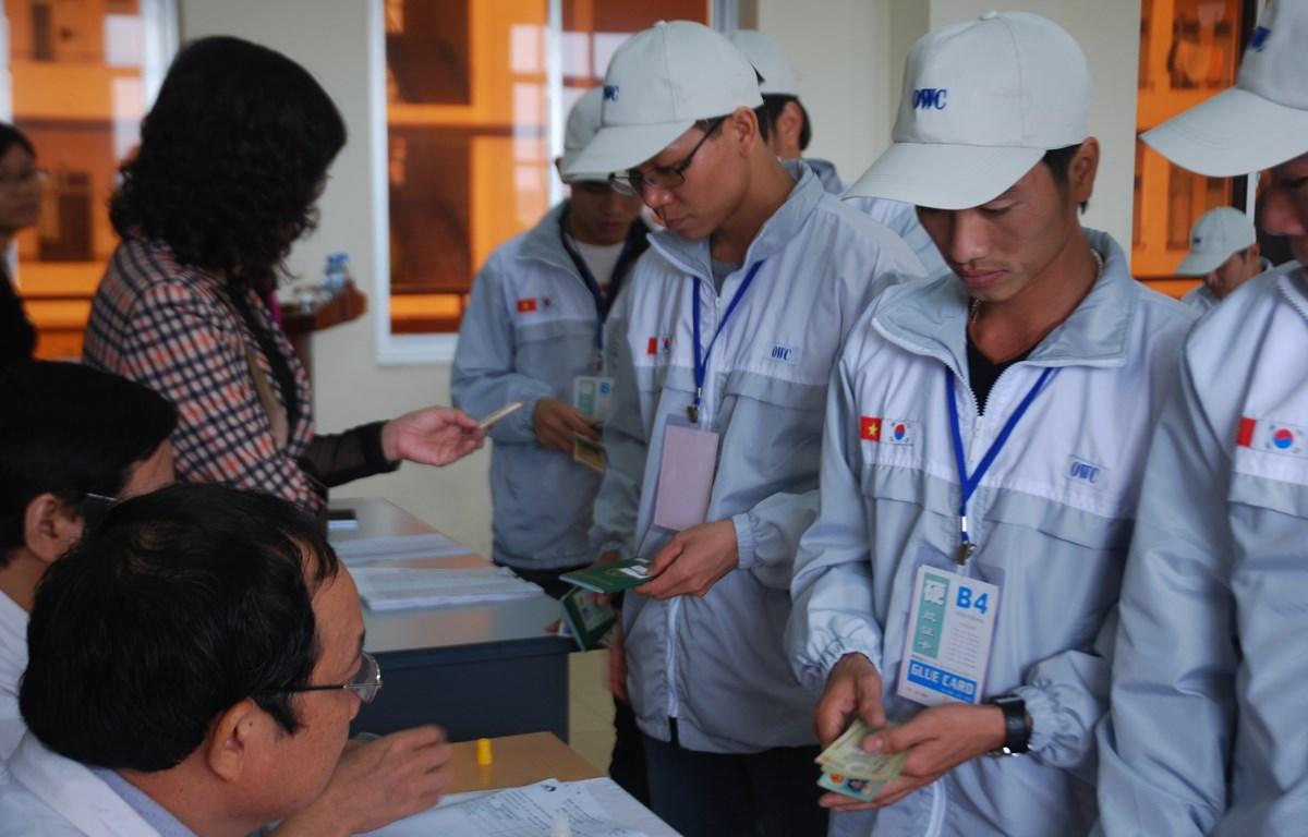 Lao động Việt Nam làm thủ tục sang Hàn Quốc làm việc (Ảnh minh hoạ: PV/vietnam+)