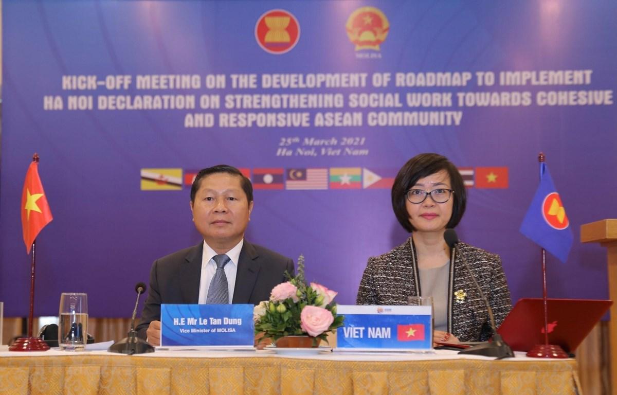 Thứ trưởng Bộ Lao động-Thương binh và Xã hội Lê Tấn Dũng điều hành hội nghị tại điểm cầu Hà Nội. (Ảnh: Hoàng Hiếu/TTXVN)