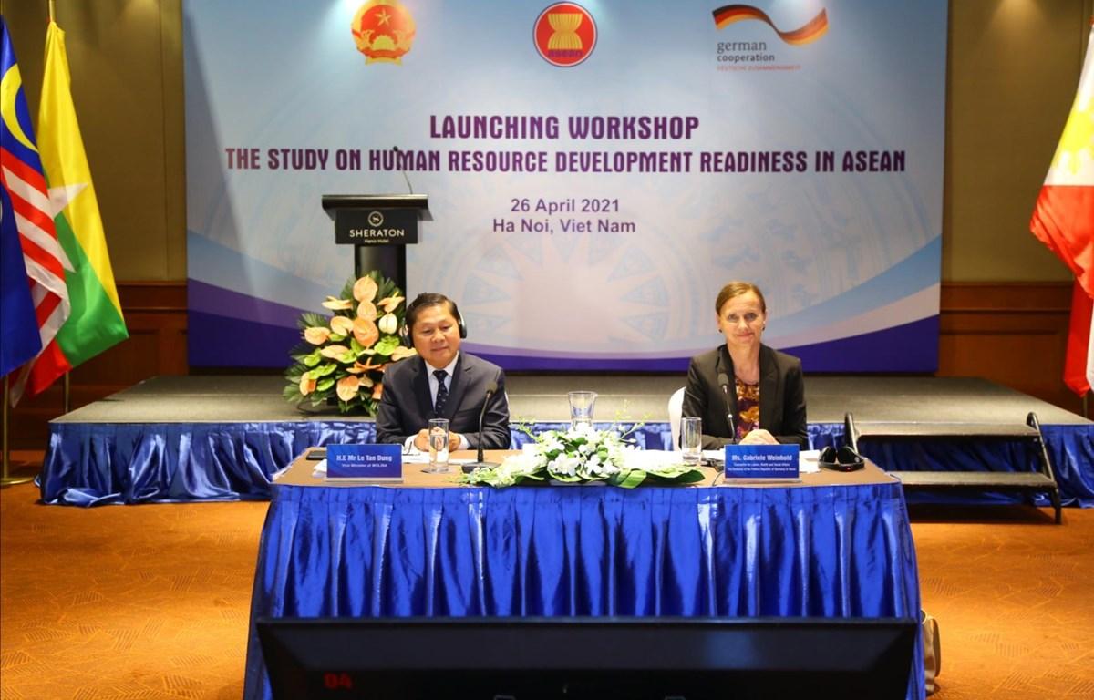 Lễ ra mắt báo cáo nghiên cứu khu vực về sự sẵn sàng phát triển nguồn nhân lực trong ASEAN. (Ảnh: PV/Vietnam+)