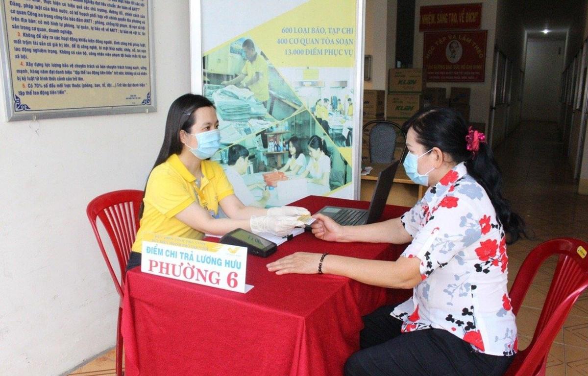 Chi trả lương hưu cho người lao động. (Ảnh: PV/Vietnam+)
