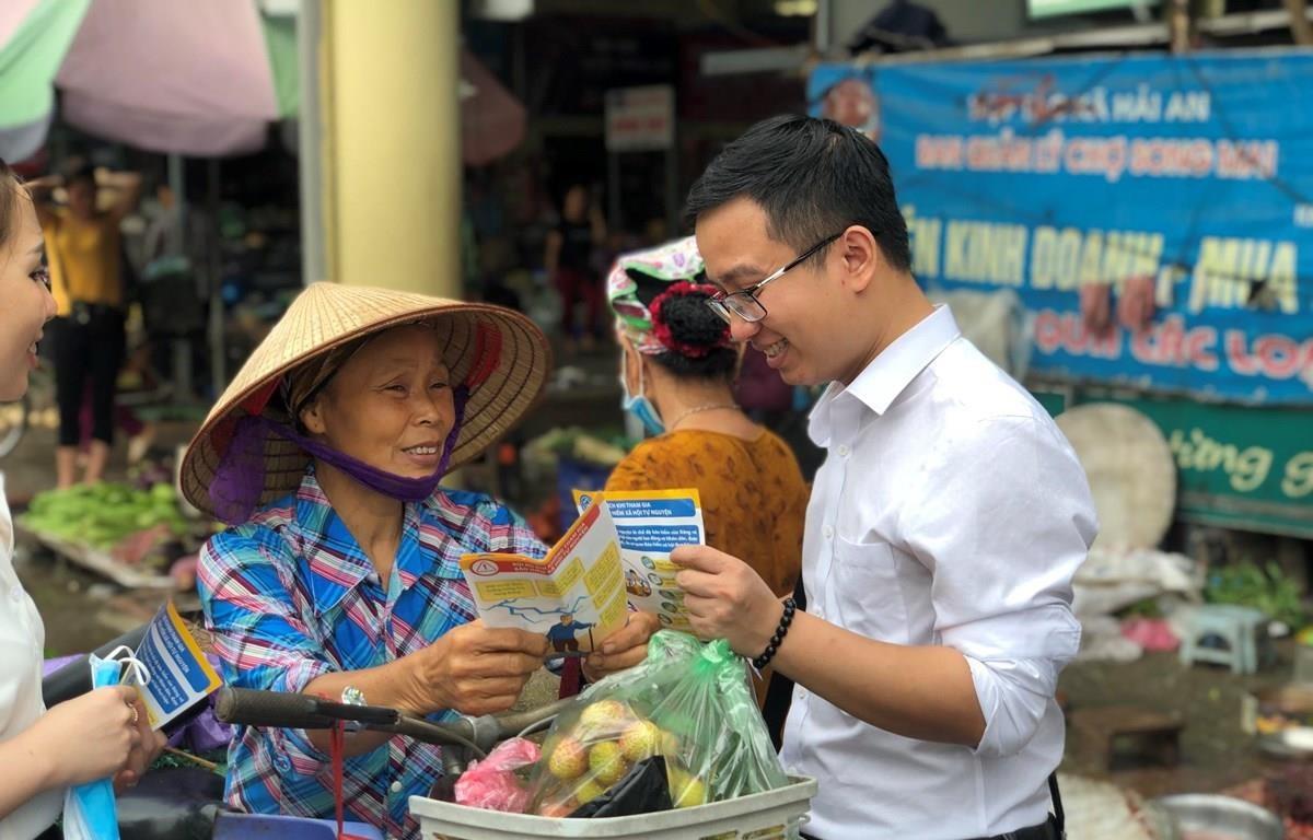 Tư vấn cho người lao động về bảo hiểm xã hội tự nguyện. (Ảnh: PV/Vietnam+)