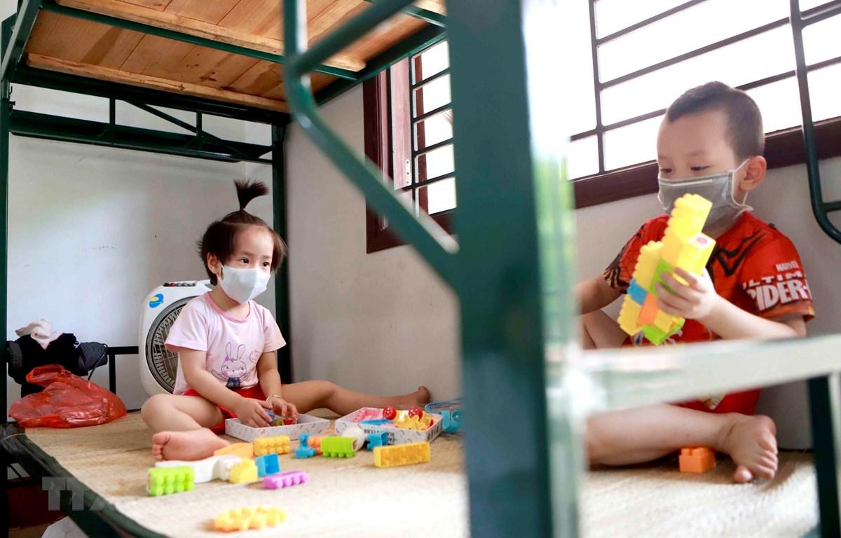 Hai trẻ em cùng phòng tại khu cách ly Trung đoàn 834 (Bộ Chỉ huy Quân sự tỉnh Vĩnh Phúc). (Ảnh: Hoàng Hùng/TTXVN)