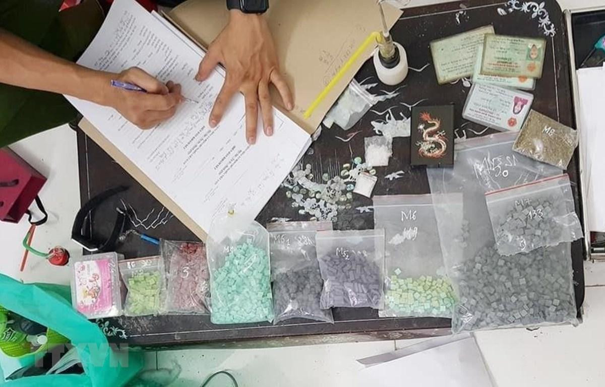 Cơ quan công an kiểm kê tang vật khi triệt phá một lò sản xuất ma túy tổng hợp. (Ảnh minh hoạ: TTXVN)