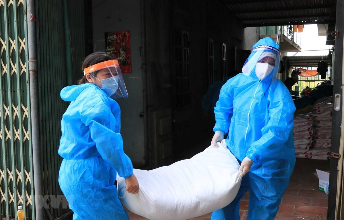Vận chuyển gạo hỗ trợ của tổ chức công đoàn đến các khu công nhân lao đông bị cách ly. (Ảnh minh hoạ: Thanh Thương/TTXVN)
