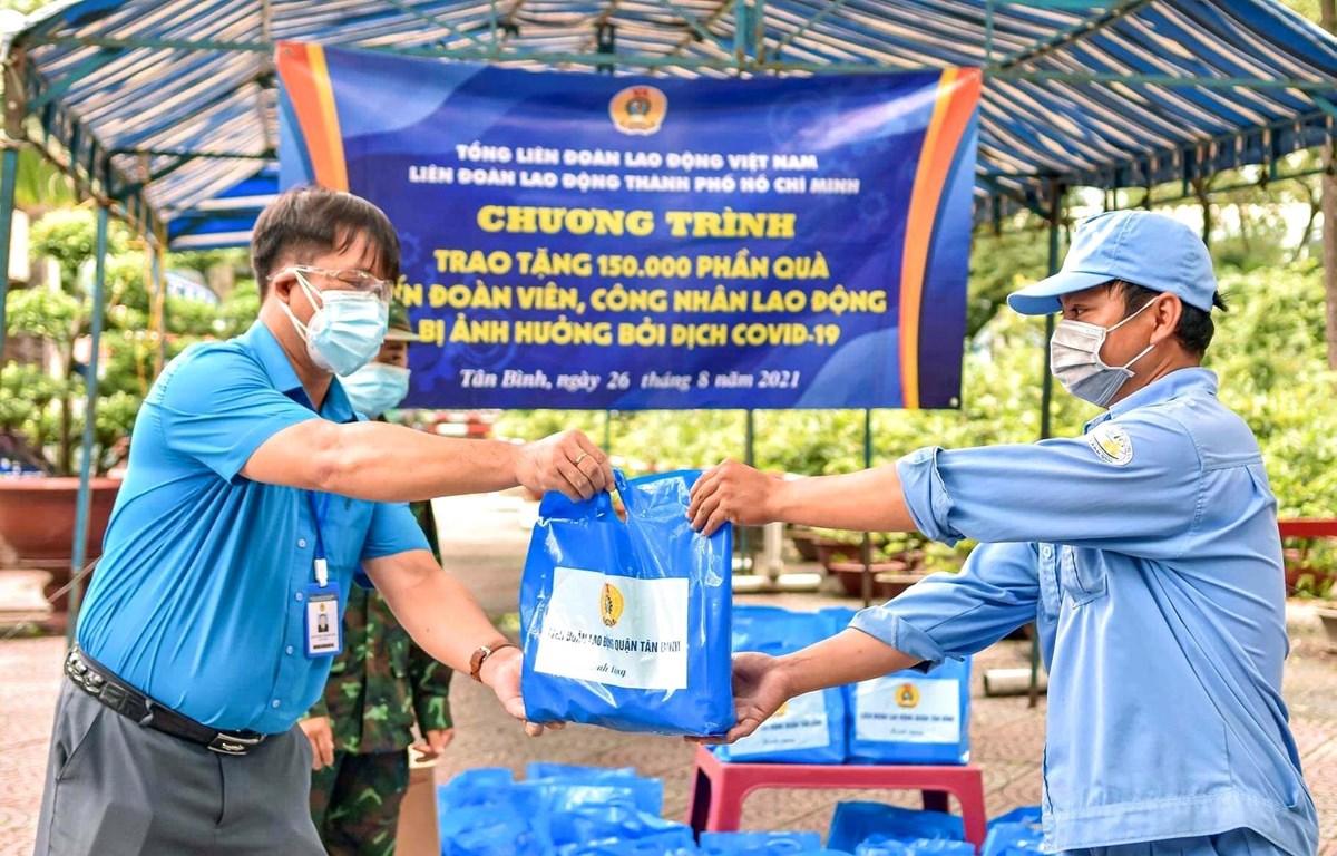 Trao tặng quà cho công nhân lao động gặp khó khăn do COVID-19. (Ảnh: Thanh Vũ/TTXVN)