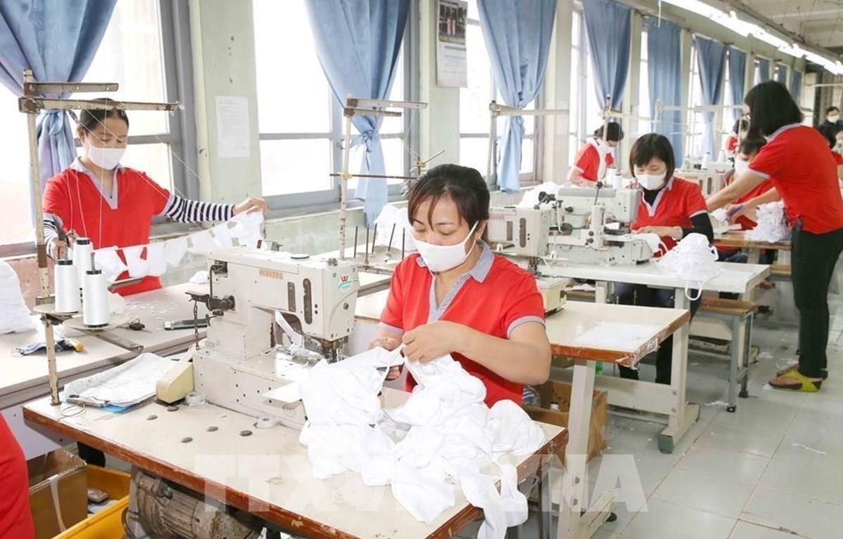 Công nhân dệt may phải giãn ca do thiếu đơn hàng vì COVID-19. (Ảnh minh hoạ: TTXVN)