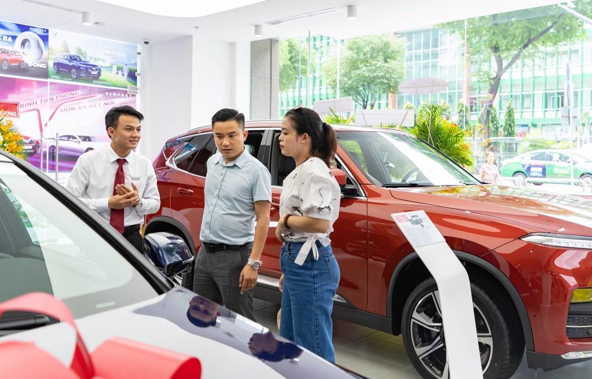 Nhiều người tranh thủ tận dụng thời điểm cuối năm để mua xe trước khi các khuyến mãi kết thúc. (Ảnh: PV/Vietnam+)
