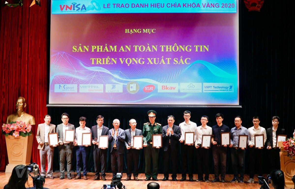 """Trao giải hạng mục """"Sản phẩm an toàn thông tin triển vọng xuất sắc"""" tại Lễ trao giải Chìa khoá vàng 2020. (Ảnh: Minh Hiếu/Vietnam+)"""