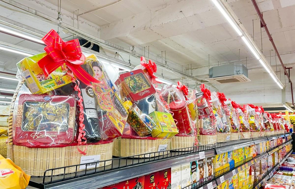 Tại các trung tâm thương mại, siêu thị đã lên kệ những mẫu giỏ quà Tết với đa dạng các sản phẩm, mẫu mã khác nhau. (Ảnh: PV/Vietnam+)