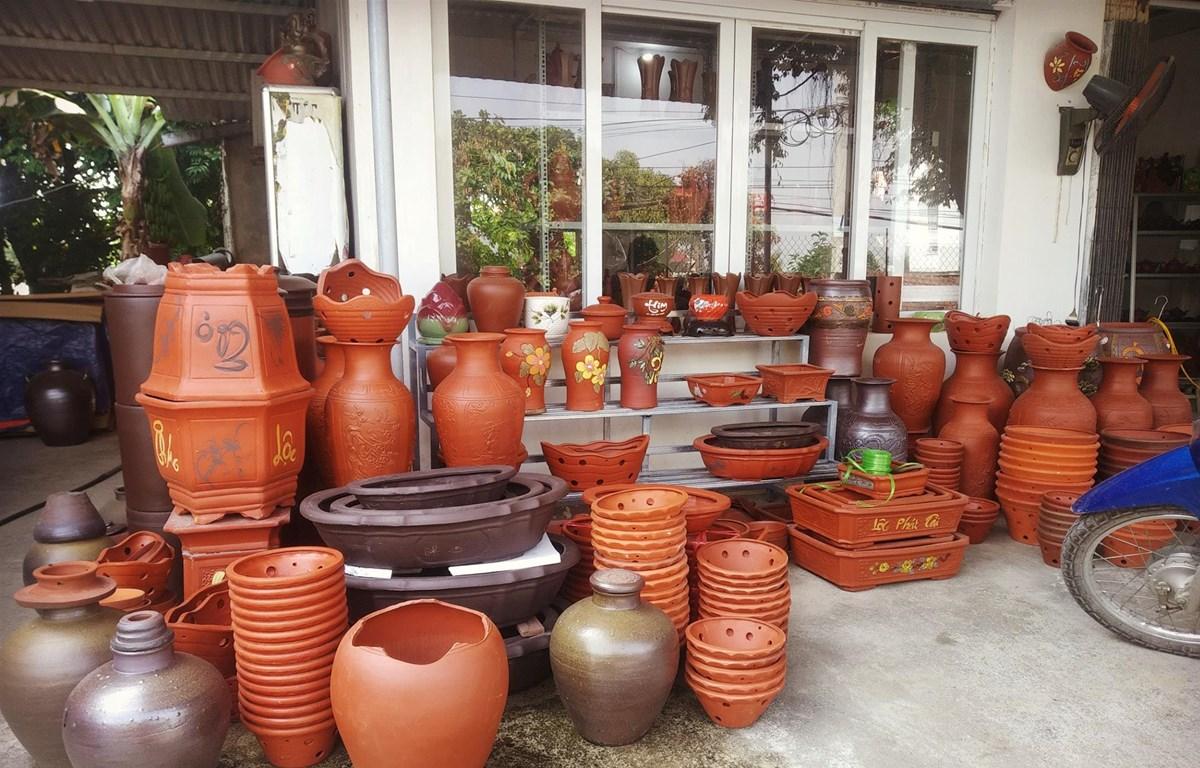 Những sản phẩm gốm mỹ nghệ của nghệ nhân làng nghề Quyết Thành. (Ảnh: PV/Vietnam+)