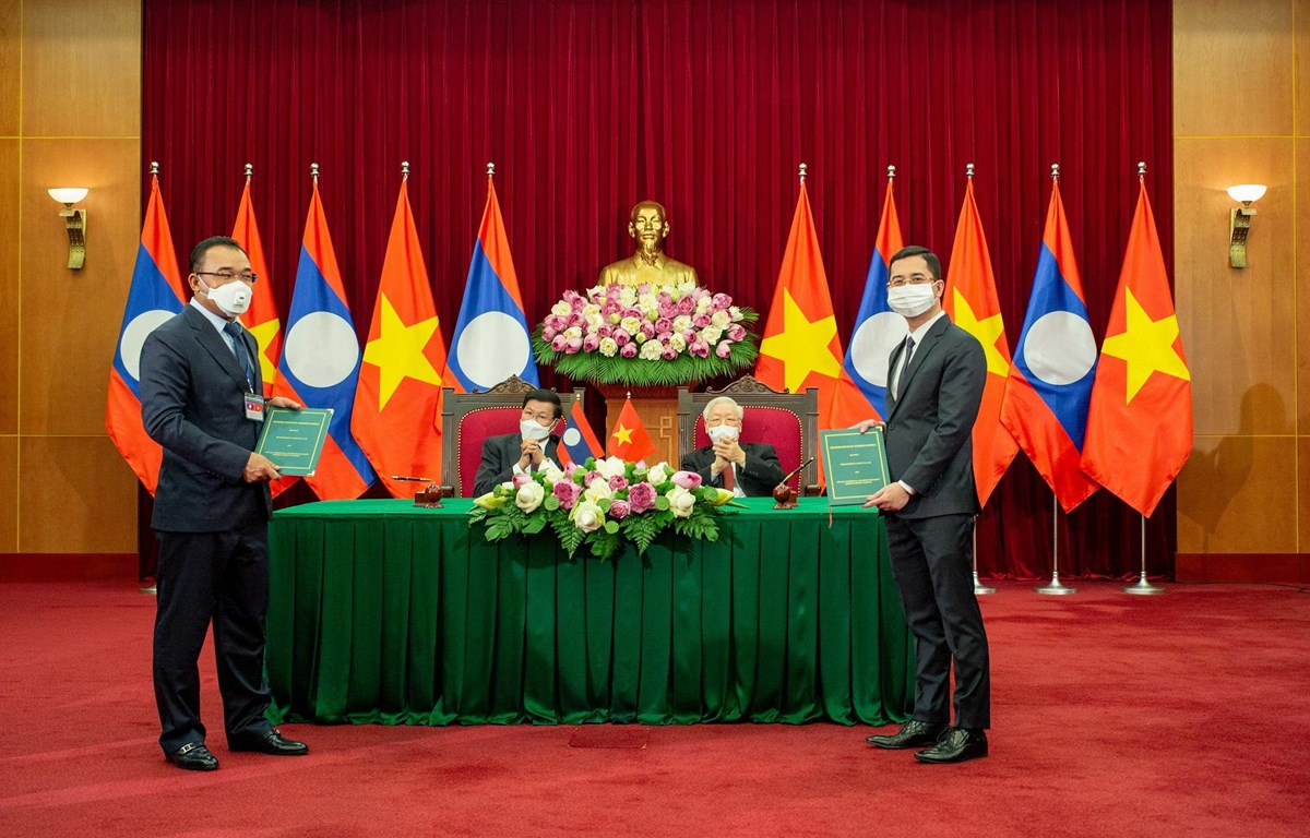 Đại diện VinFast và Tập đoàn Phongsubthavy (Lào) ký kết biên bản ghi nhớ hợp tác. (Ảnh: VinFast)