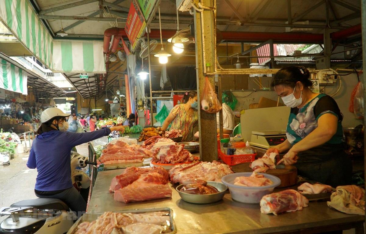 Sạp bán thịt lợn tại chợ Hôm-Đức Viên đầy áp hàng hóa. (Ảnh: Minh Hiếu/Vietnam+)