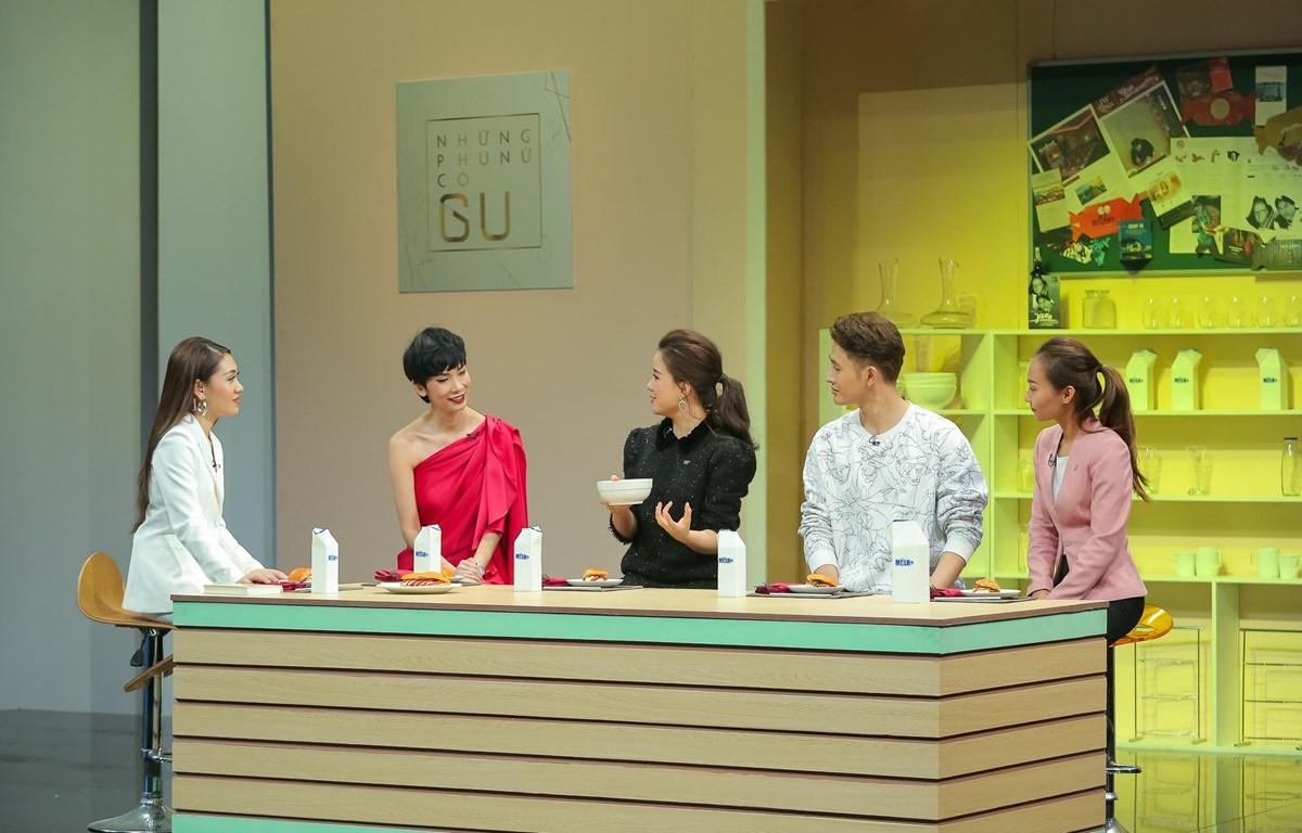 """Siêu mẫu Xuân Lan (thứ hai từ trái sang) cùng những khách mời của """"Những phụ nữ có gu"""" trò chuyện về ẩm thực. (Ảnh: PV/Vietnam+)"""