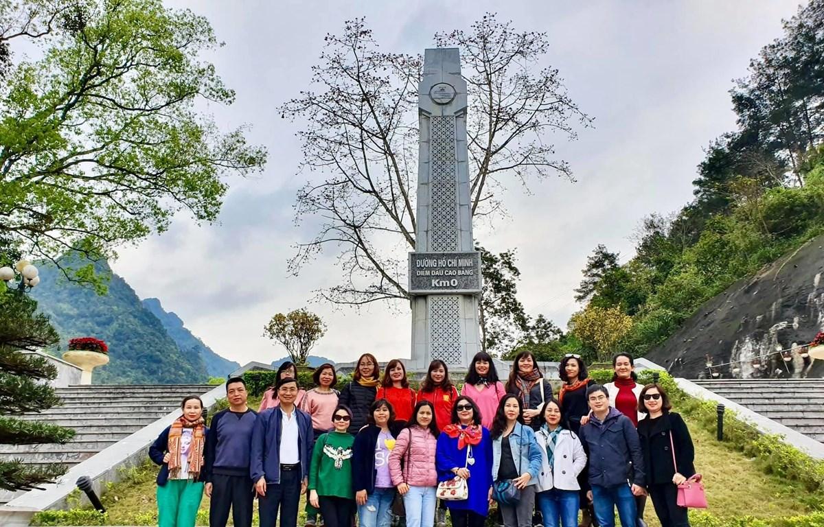Trong hành trình Về nguồn, tập thể Báo Điện tử VietnamPlus tới thăm Khu Di tích quốc gia đặc biệt Pác Bó, Cao Bằng. (Ảnh: Vietnam+)