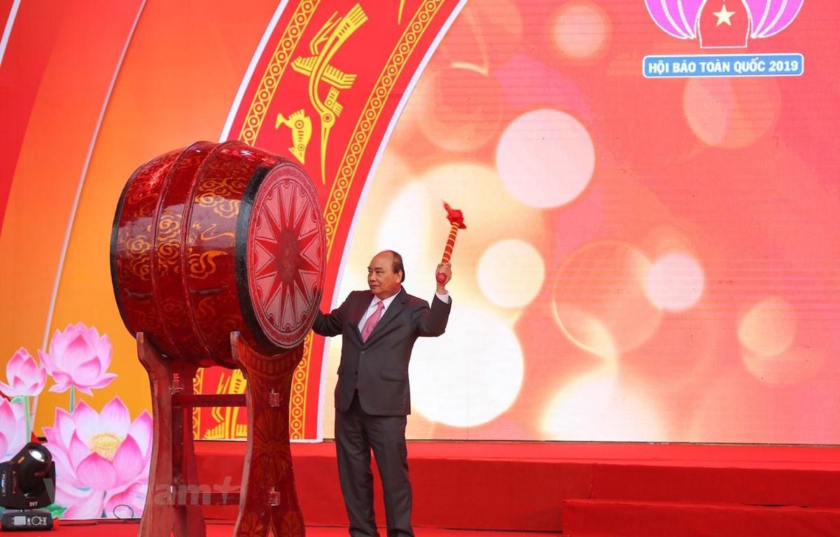 Thủ tướng Nguyễn Xuân Phúc đánh trống khai mạc Hội báo toàn quốc 2019. (Ảnh: Minh Sơn/Vietnam+)