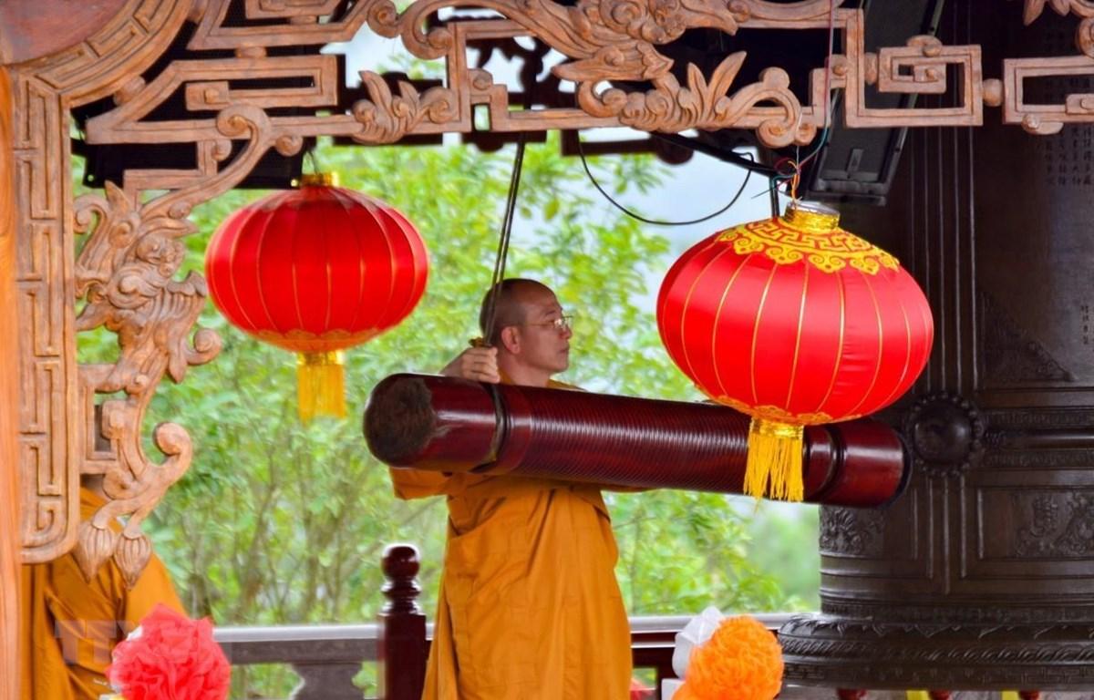 Đánh chuông khai Hội Xuân chùa Ba Vàng (Quảng Ninh). (Ảnh: TTXVN)