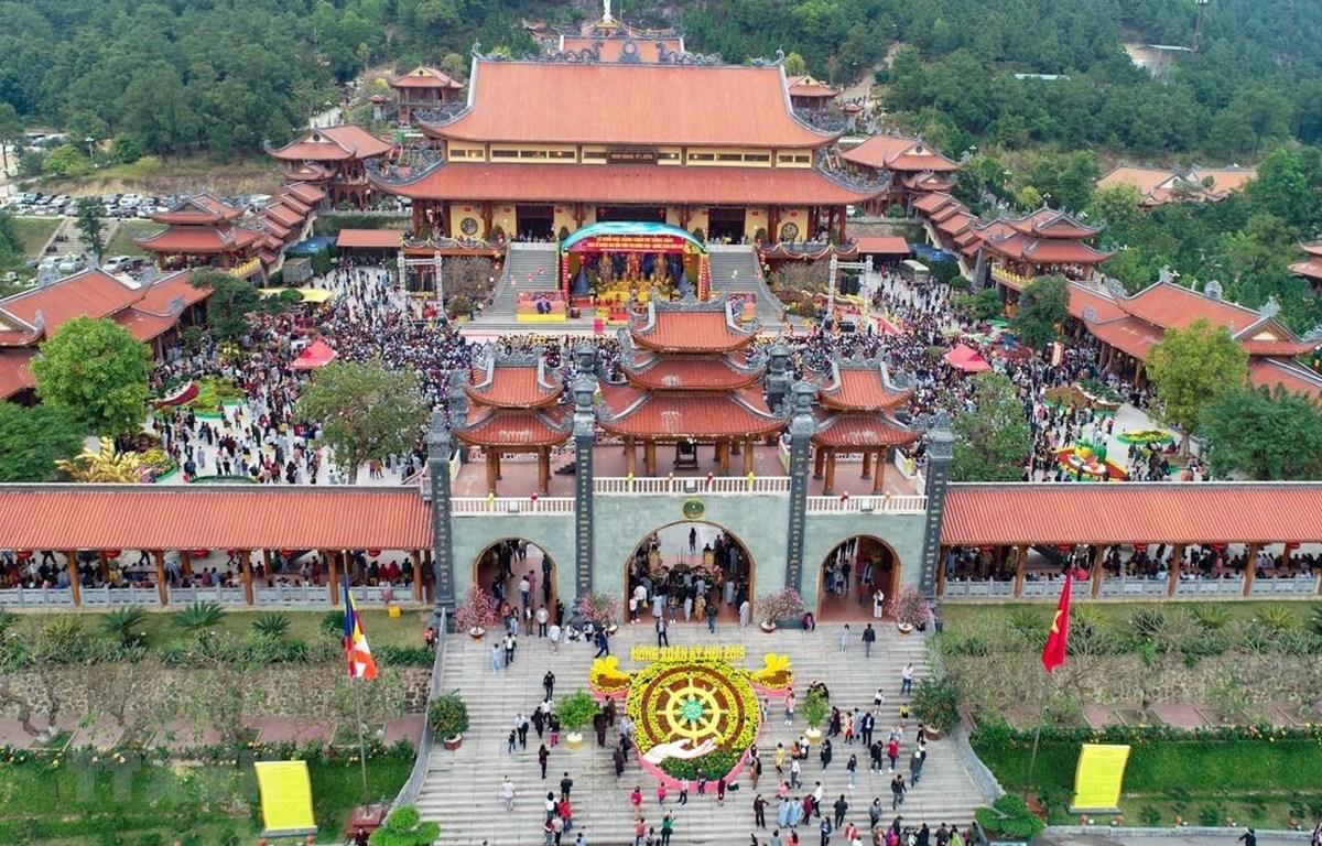 Chùa Ba Vàng tọa lạc trên lưng chừng núi Thành Đẳng, thuộc phường Quang Trung (thành phố Uông Bí, Quảng Ninh). (Ảnh: TTXVN)