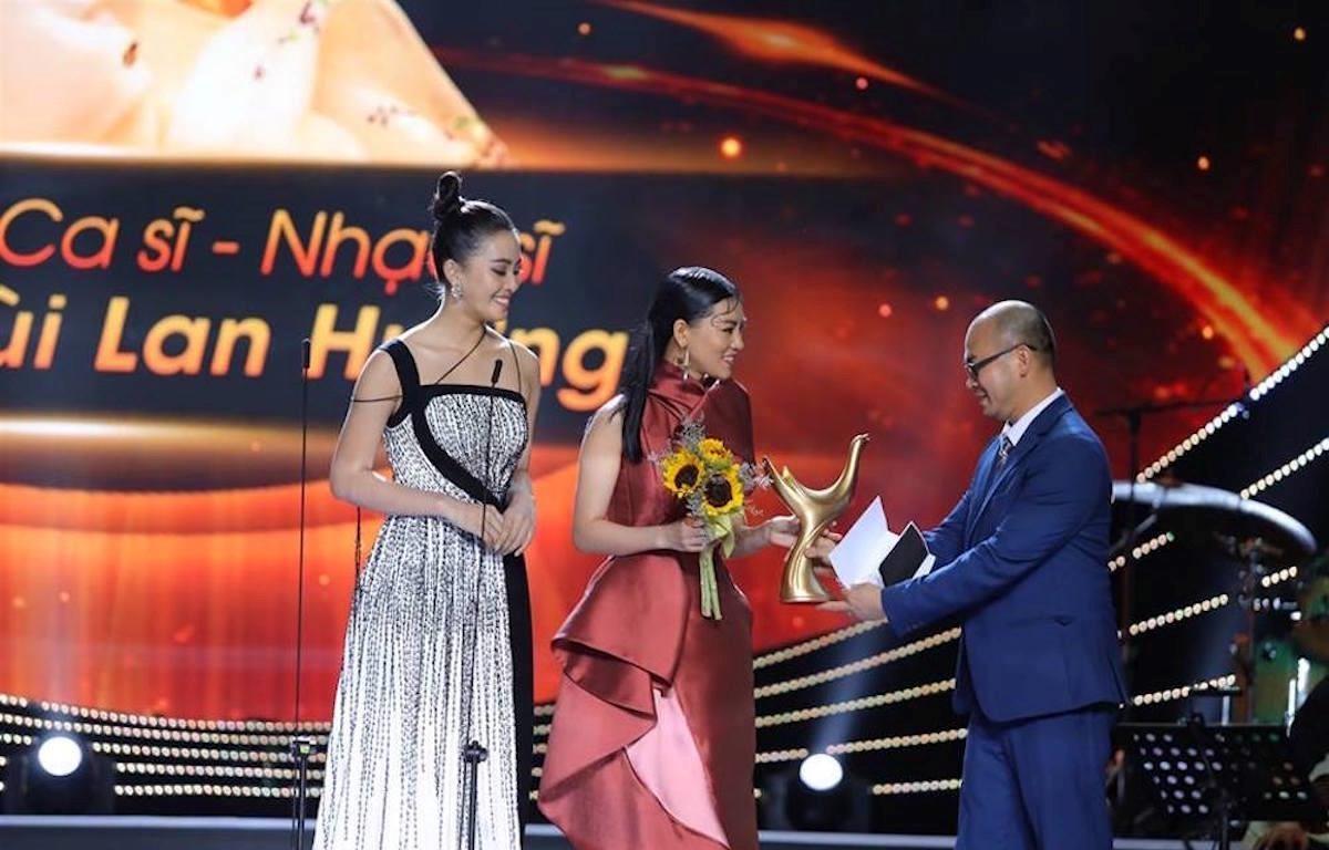 Ca sỹ-nhạc sỹ Bùi Lan Hương được vinh danh ở hạng mục Nghệ sỹ mới của năm. (Ảnh: BTC)