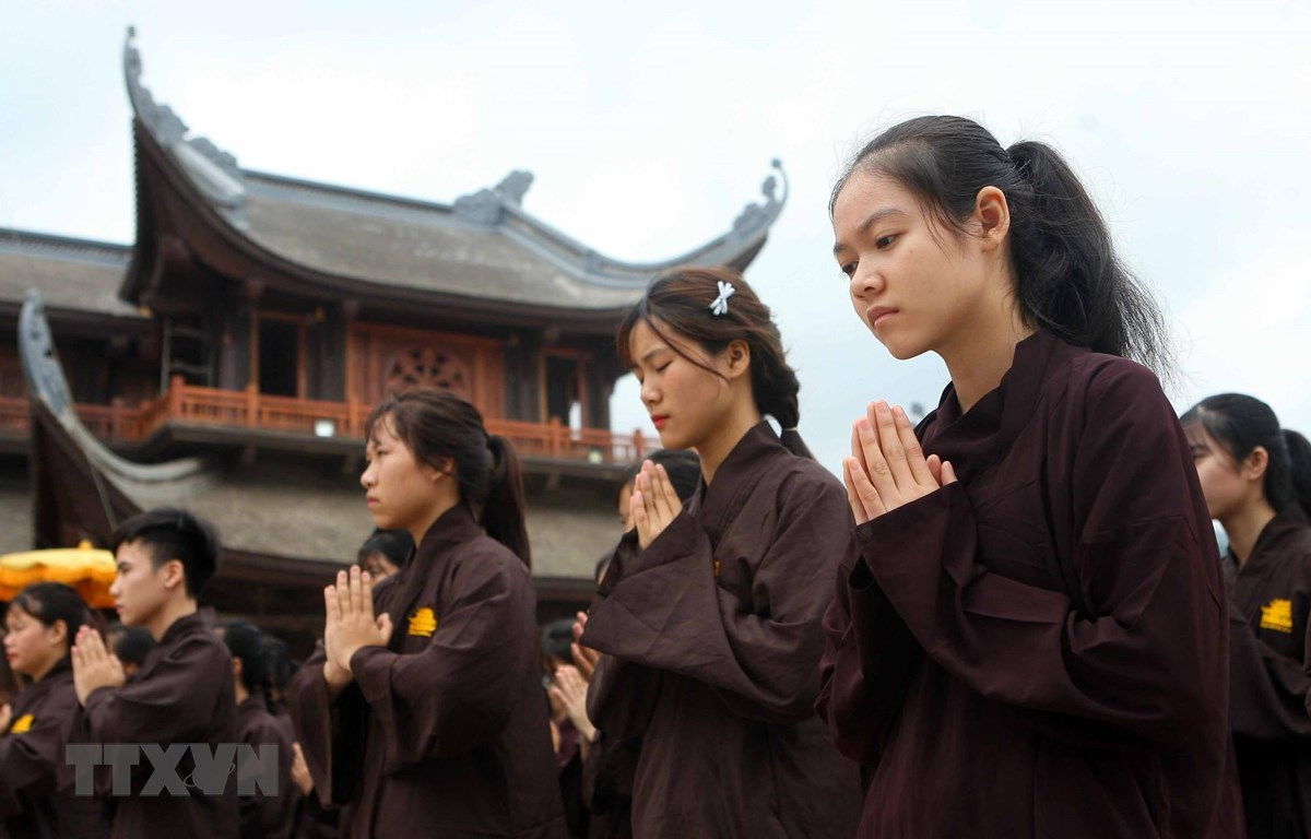 Phật tử thành kính trong lễ cầu quốc thái, dân an tại chùa Tam Chúc. Năm nay, Trung tâm Văn hoá Phật giáo chùa Tam Chúc là địa điểm tổ chức Đại lễ Vesak 2019. Ảnh minh họa: TTXVN