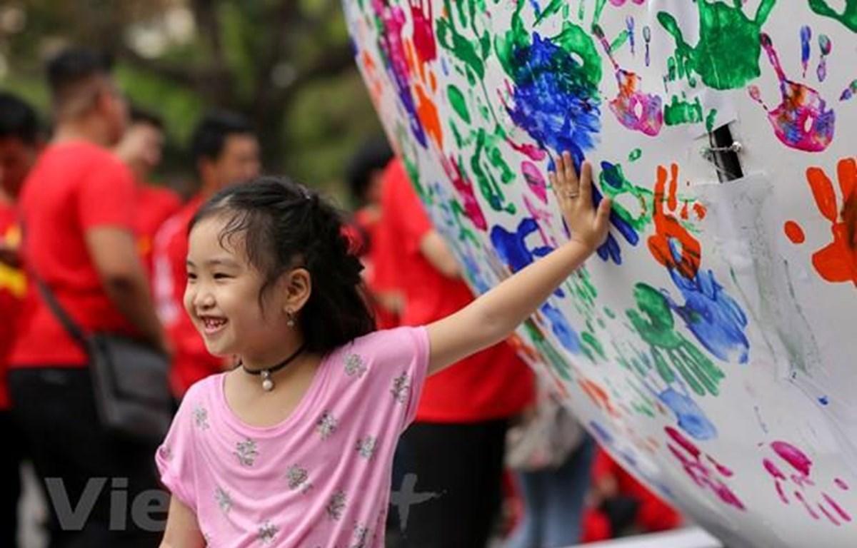 Mỗi một dấu tay được in lên quả cầu năng lượng là một lời hứa, một sự đảm bảo và tăng sự lan tỏa tới cộng đồng trong việc xác lập và tôn trọng quyền sở hữu trí tuệ. (Ảnh chỉ mang tính minh họa: Vietnam+)