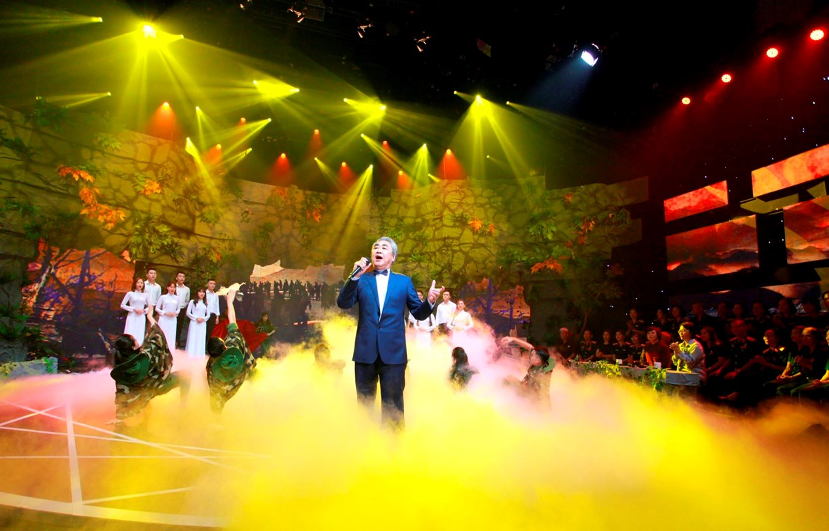 Nghệ sỹ nhân dân Quang Thọ thể hiện những bài ca đi cùng năm tháng trên sân khấu Giai điệu tự hào. (Ảnh: BTC)