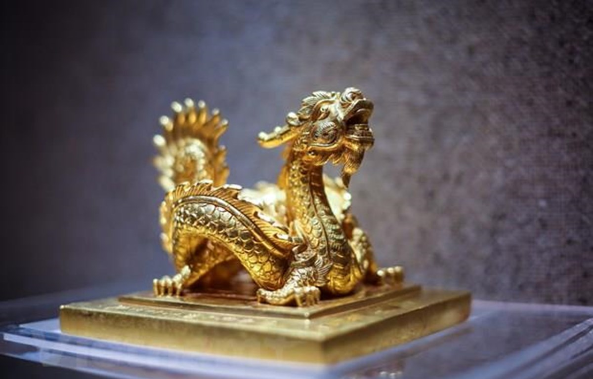Ấn có núm hình rồng cuốn, biểu trưng cho quyền lực nhà Nguyễn. Hiện vật có giá trị đặc biệt trong sưu tập kim bảo triều Nguyễn, đã được công nhận là bảo vật quốc gia. (Ảnh minh họa: Vietnam+)