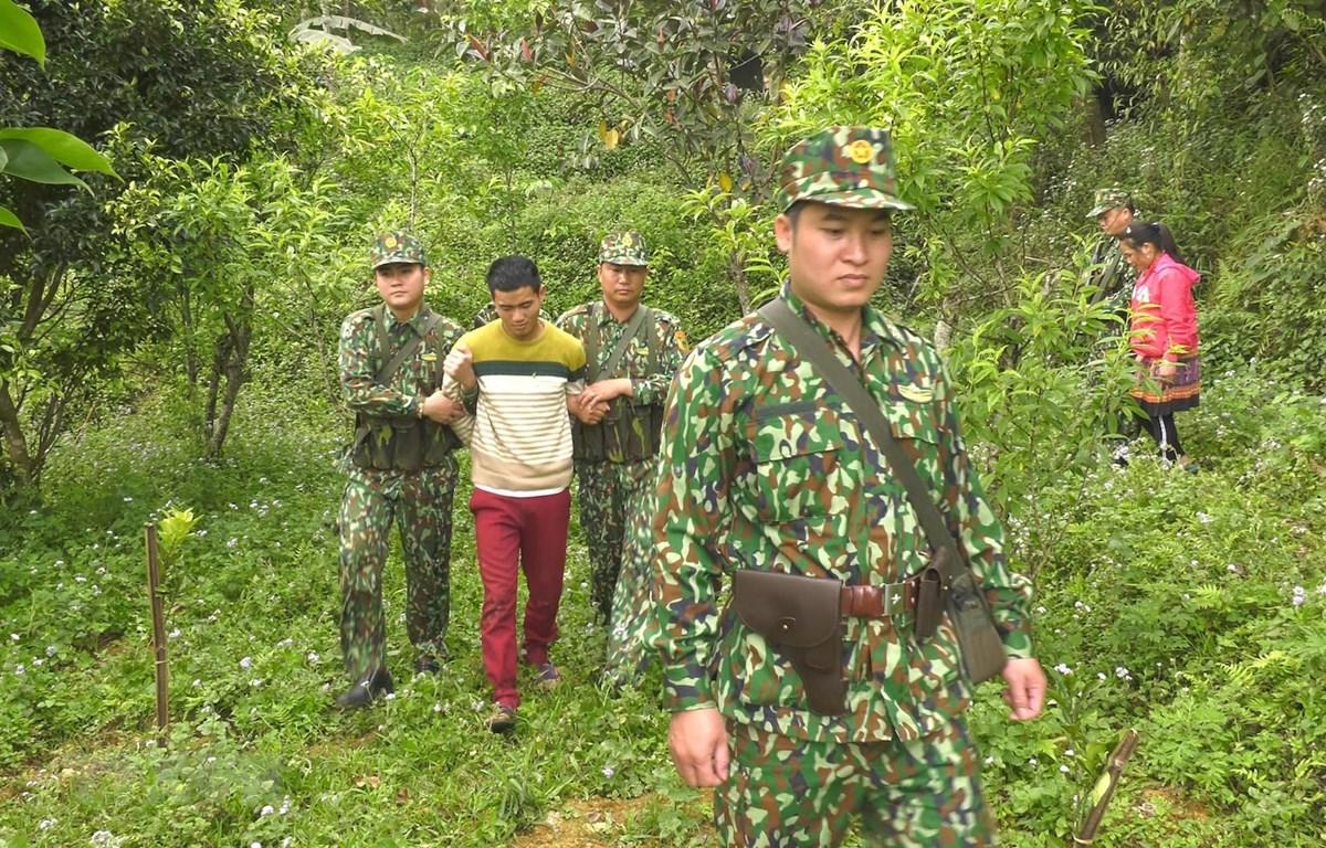 Lực lượng biên phòng Lào Cai bắt giữ đối tượng buôn bán người trái phép. (Ảnh minh họa: TTXVN)